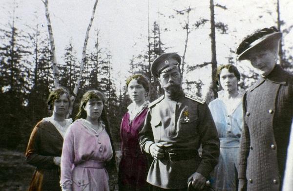 Car sa ćerkama (s leva na desno): Marija, Anastasija, Olga i Tatjana